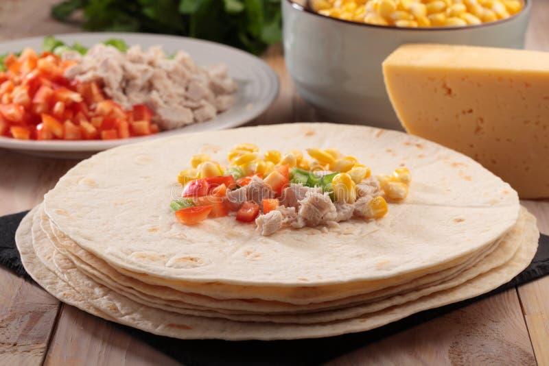 Download Quesadilla μαγειρέματος στοκ εικόνες. εικόνα από κρέας - 62704024