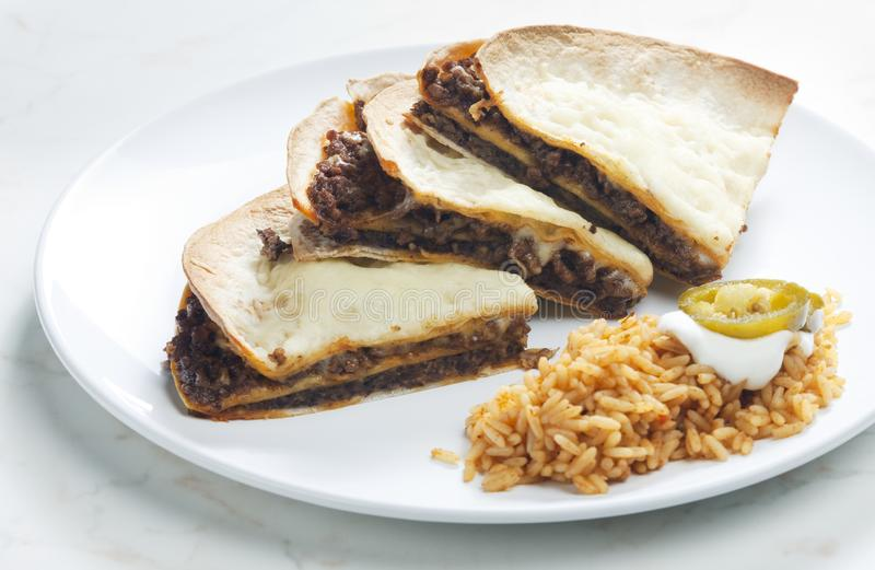 quesadilla с семенить говядиной и прерванными фасолями стоковые изображения rf