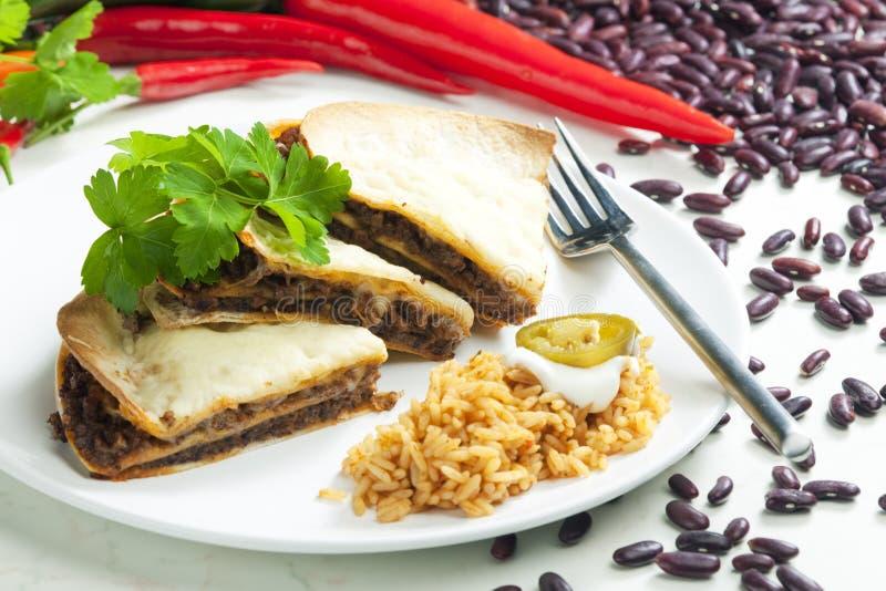quesadilla с семенить говядиной и прерванными фасолями стоковые фотографии rf