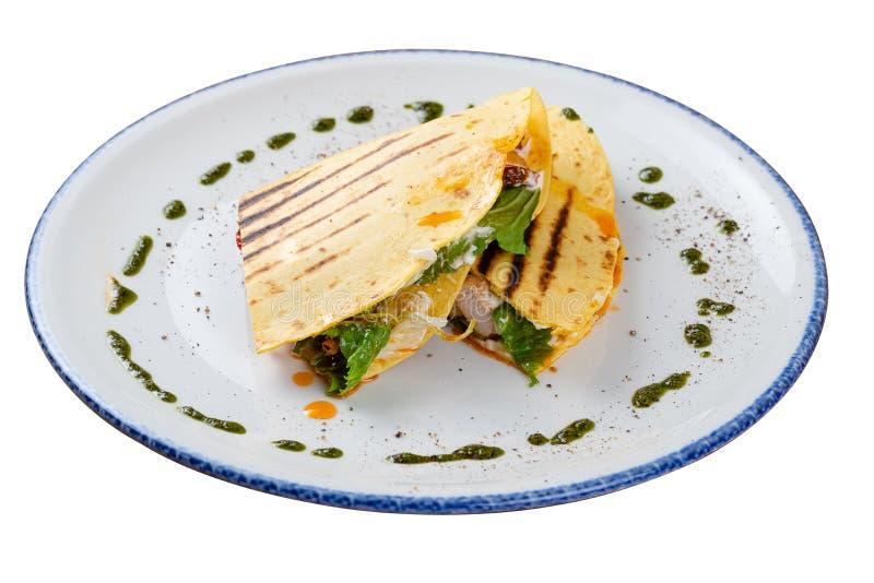 Quesadilla avec le poulet d'un plat blanc, vue de côté image libre de droits