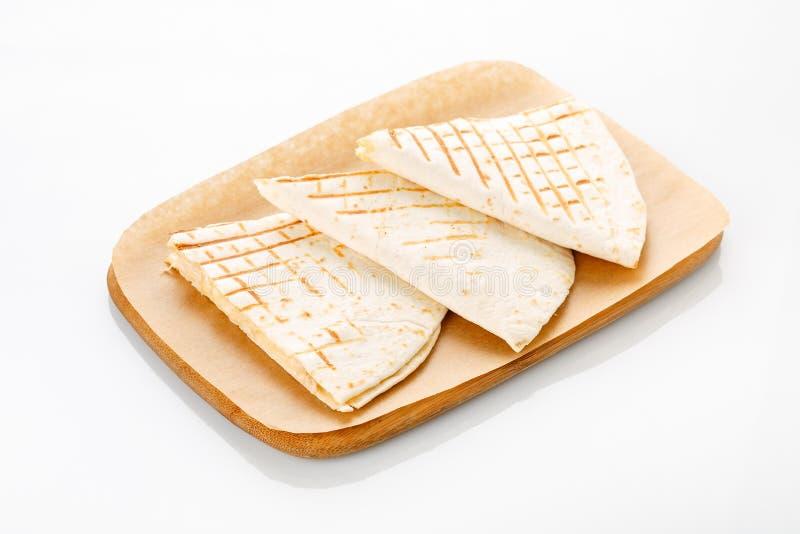 Quesadilla avec le poulet, servi avec de la sauce à guacamole ou à Salsa photos libres de droits