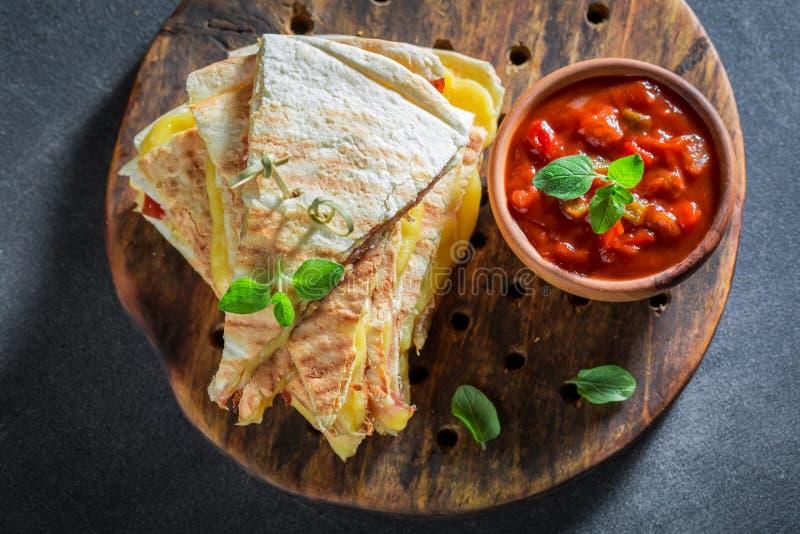 Quesadilla caliente hecho de la tortilla con queso y el jamón fotos de archivo