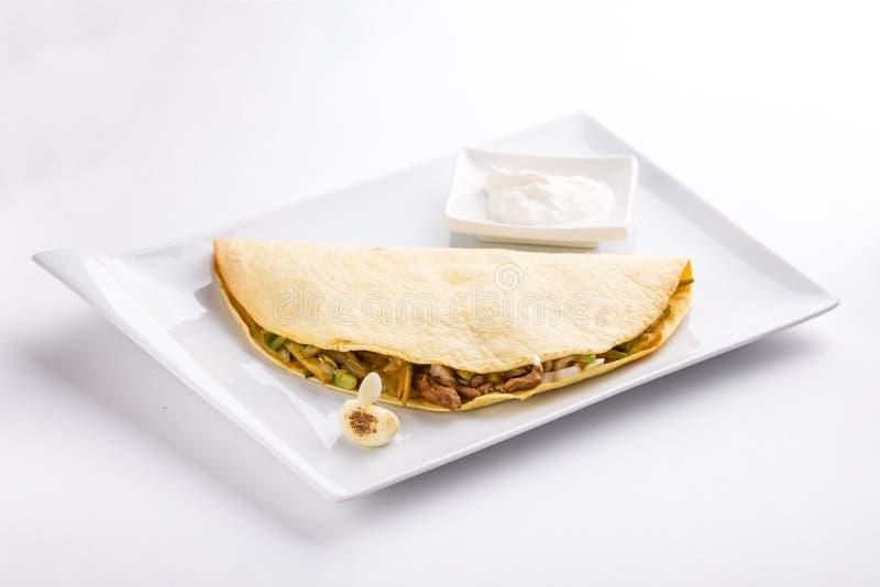 Quesadilla com molho da galinha e de creme de leite na placa isolada no fundo branco imagens de stock royalty free
