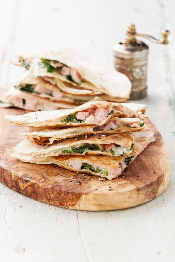 Quesadilla com queijo, carne e vegetais foto de stock royalty free