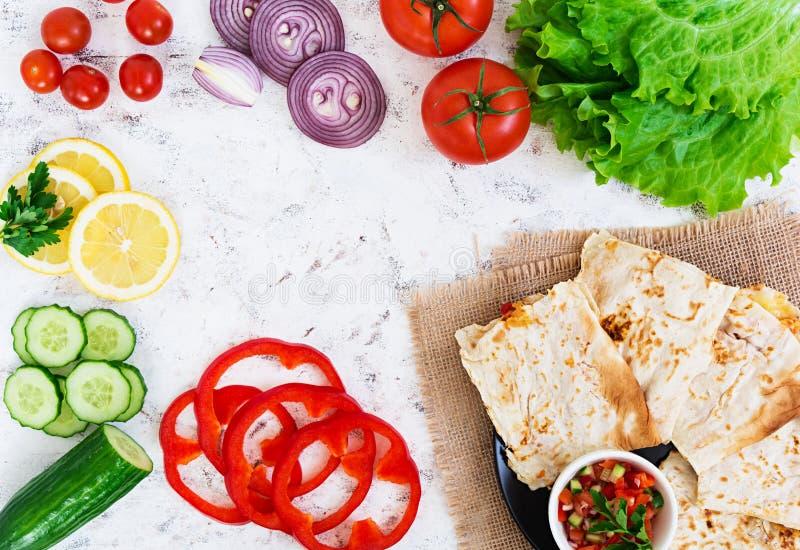 Quesadilla con el pollo y el maíz en el fondo blanco Visi?n superior imágenes de archivo libres de regalías
