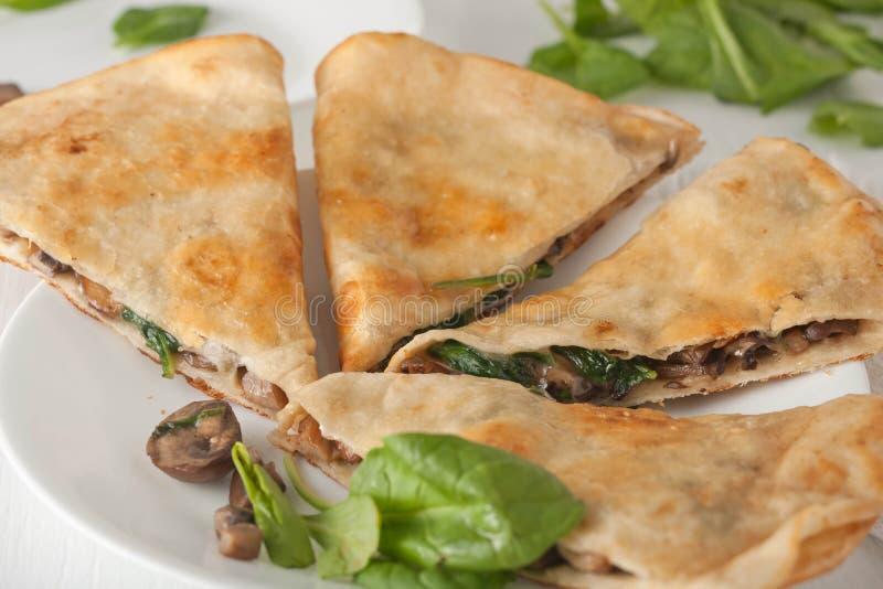 Quesadilla degli spinaci del fungo sul piatto bianco immagine stock libera da diritti