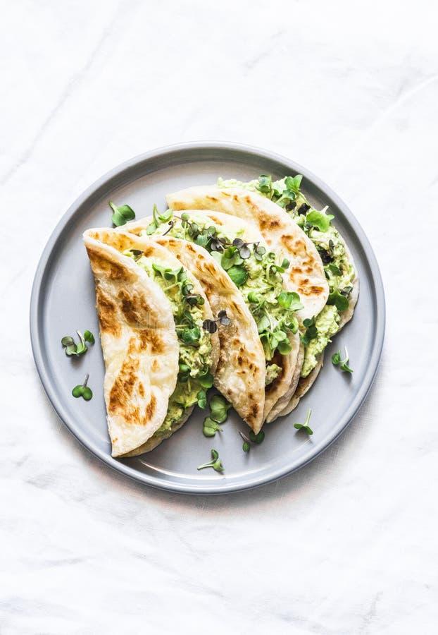 Quesadilla en un fondo ligero, visión superior del flatbread del paratha de la ensalada de verdes de los huevos del aguacate imagenes de archivo