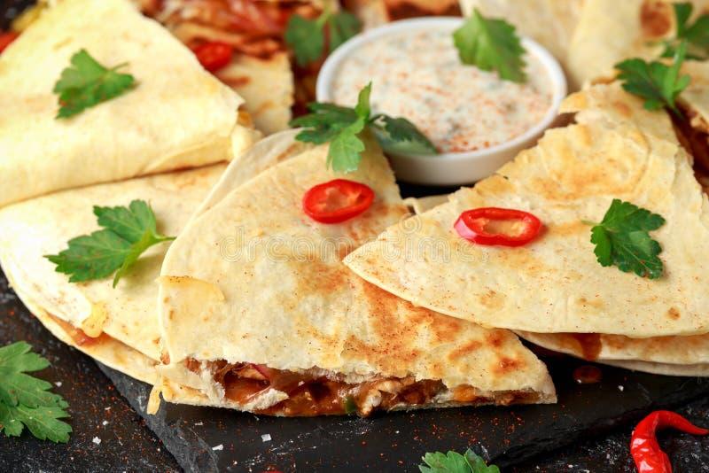 Quesadilla mexicain avec le poulet, le fromage et les poivrons, l'immersion de yaourt et les piments photo libre de droits