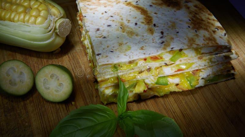 Quesadilla mexicain avec le poulet, le fromage et les poivrons sur la table en bois photos libres de droits