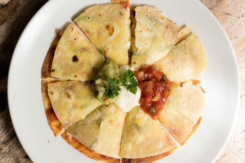 Quesadilla mexicain avec le poulet sur un bois, servi avec de la sauce à guacamole ou à Salsa Vue supérieure photos libres de droits
