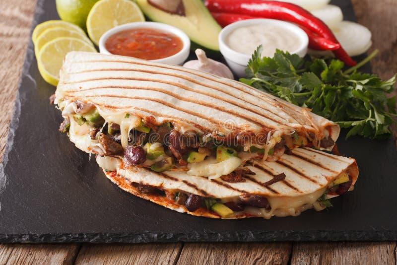 Quesadilla mexicano con el primer de la carne de vaca, de las habas, del aguacate y del queso imágenes de archivo libres de regalías