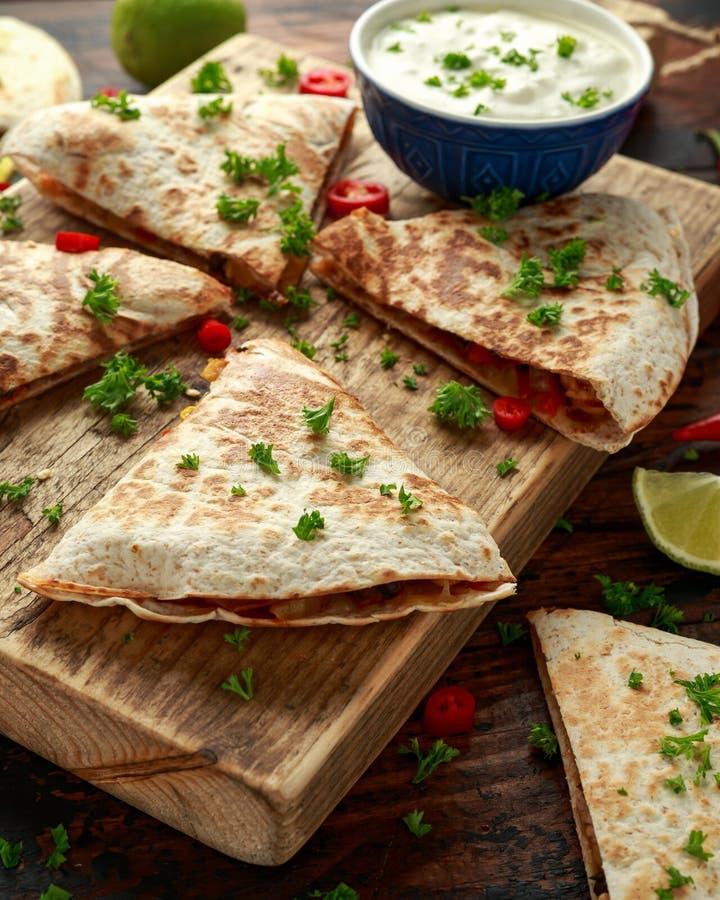Quesadilla mexicano con la salsa del pollo, del maíz, de las alubias negras, del queso, de las verduras, de la cal y del yogur en fotografía de archivo libre de regalías