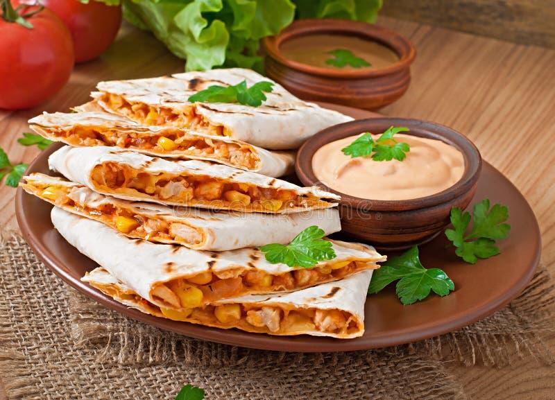 Quesadilla mexicano cortado con las verduras fotos de archivo