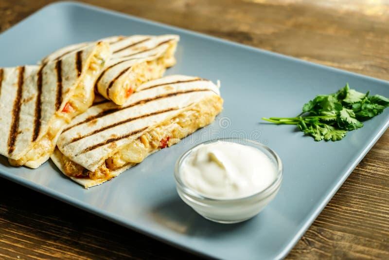 Quesadilla mit Huhn lizenzfreie stockfotos