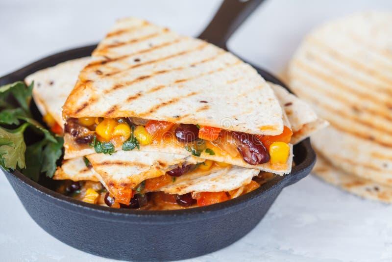 Quesadilla végétarien avec les légumes et le fromage en fonte franc photo stock