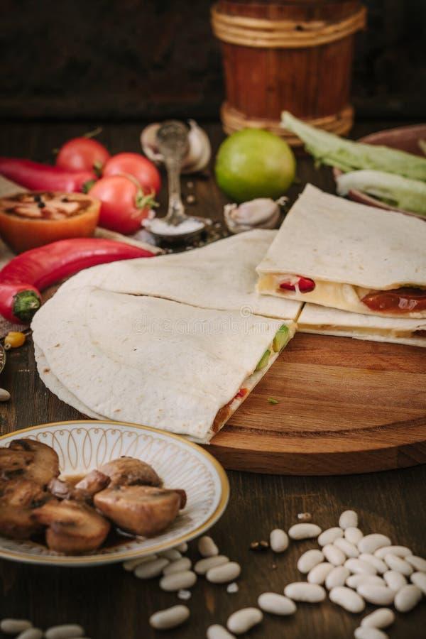 Quesadilla végétarien bon avec du pain, les haricots, le fromage et les légumes de tortilla photos libres de droits