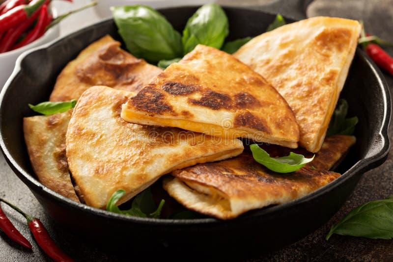 Quesadillas τυριών σε ένα τηγάνι χυτοσιδήρου στοκ εικόνες