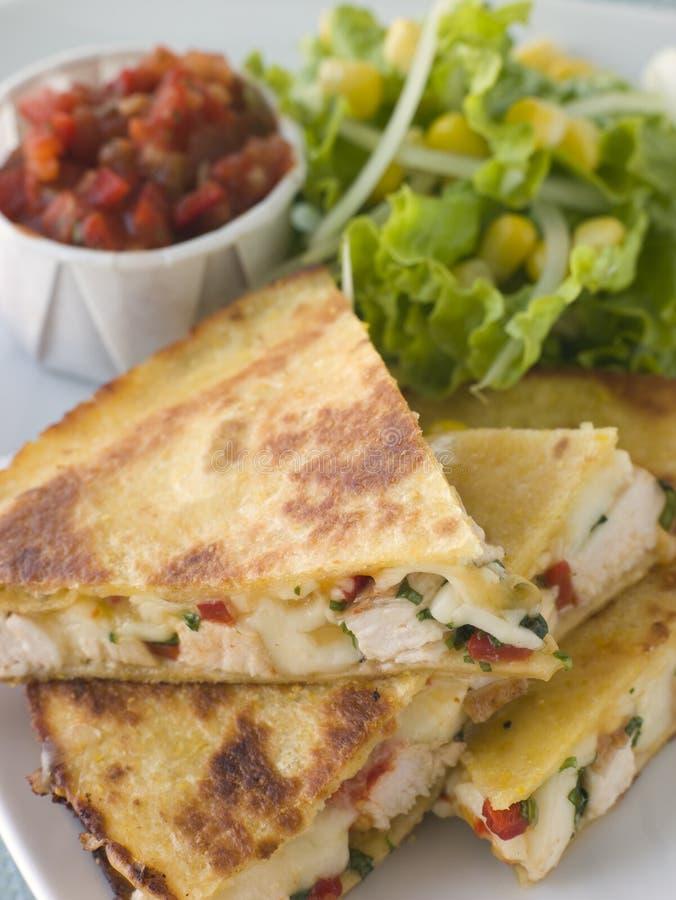 Quesadillas com salsa do tomate do queijo da galinha de Cajun imagem de stock royalty free