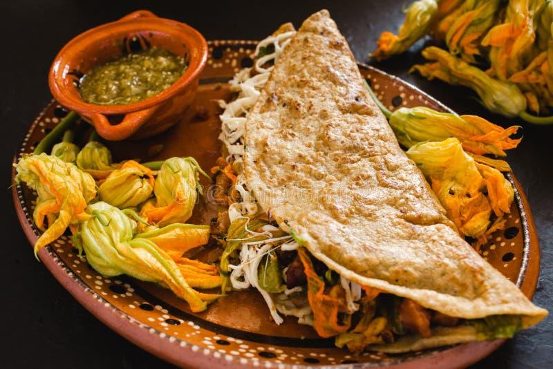 Quesadillas med squash blomstrar, ost- och såsmexikanmat royaltyfria foton