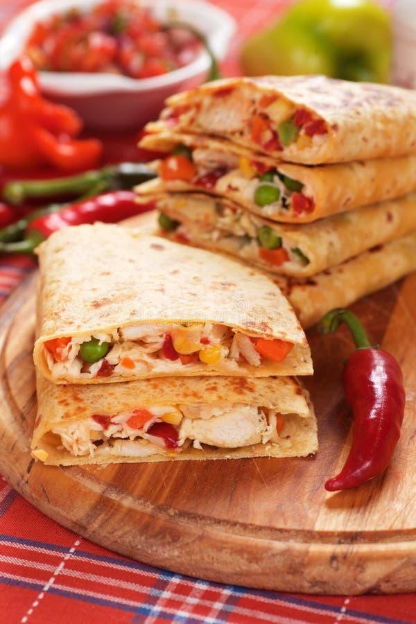 Quesadillas mit Hühnerfleisch und -gemüse stockfotografie