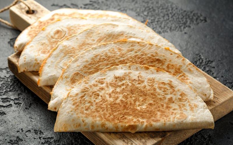 Quesadille messicane dell'alimento con il pollo ed il formaggio serviti sul tagliere di legno rustico immagini stock libere da diritti