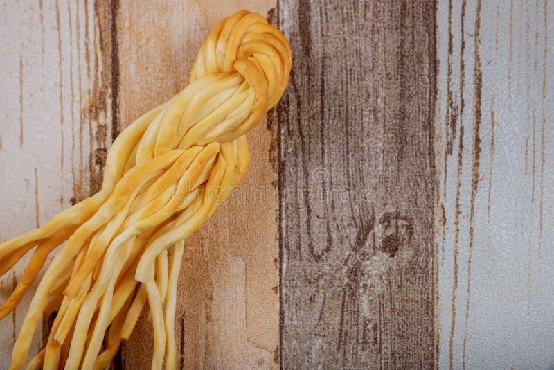 Queso ahumado polaco tradicional del queso ahumado fotos de archivo