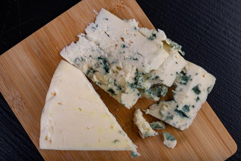 Queso azul delicioso del soplo en un tablero de madera Queso agradable sabroso preparado para una comida fotografía de archivo libre de regalías