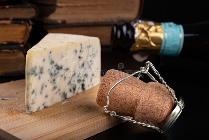 Queso azul delicioso del soplo en un tablero de madera Queso sabroso y champ?n agradables preparados para una comida fotografía de archivo libre de regalías
