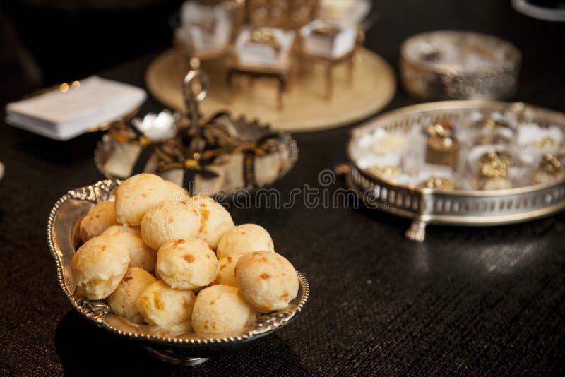 Queso brasileño bread pao de queijo del bocado en la bandeja de plata en a imagen de archivo libre de regalías