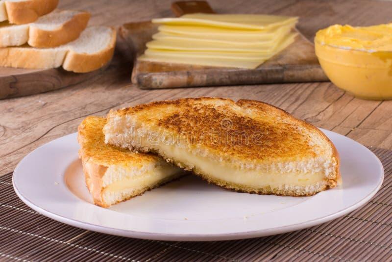 Queso caliente con pan tostado foto de archivo libre de regalías