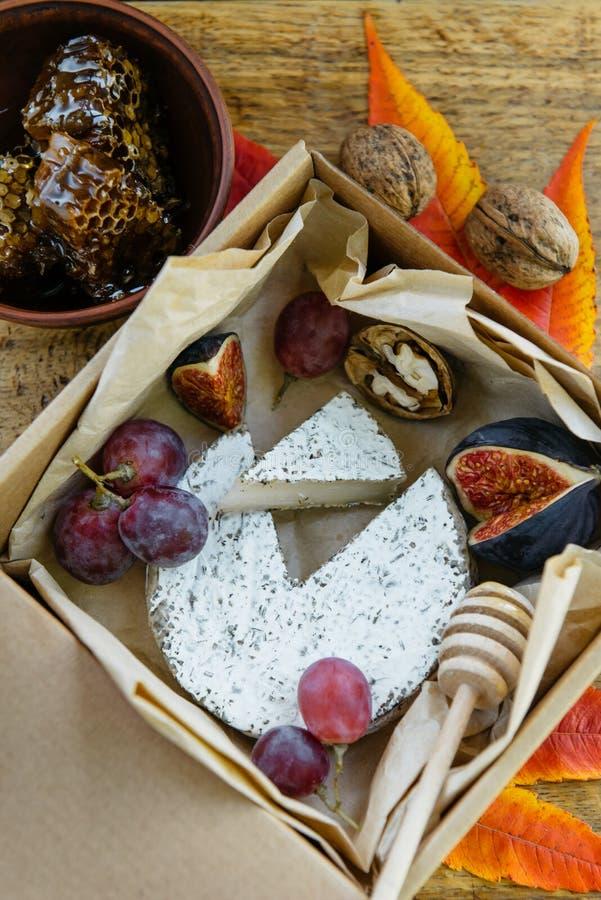 Queso camembert con hierbas con higo fresco, uva, miel fotografía de archivo libre de regalías