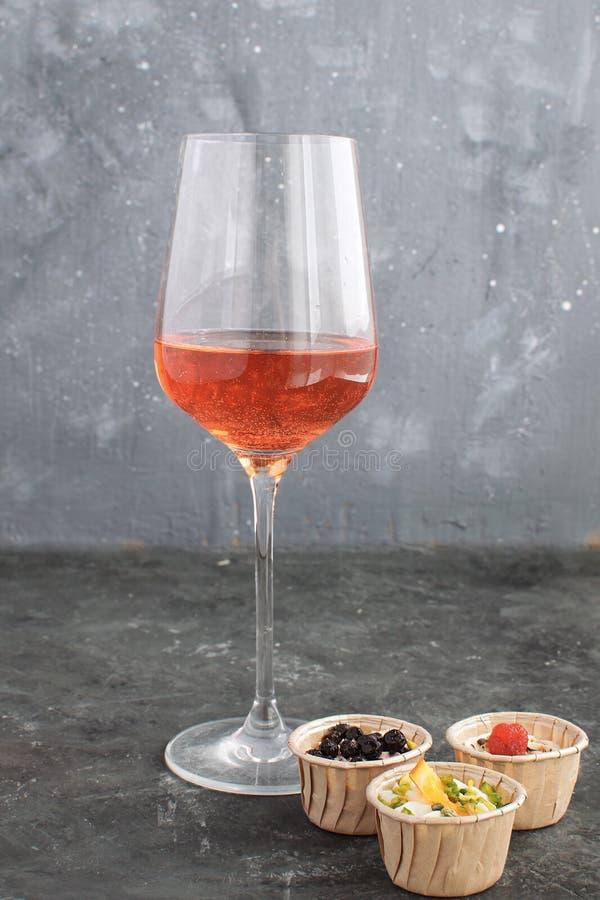 Queso de cabra cremoso del Tartlet gastrónomo del bocado del vino rosado de la copa de vino foto de archivo libre de regalías
