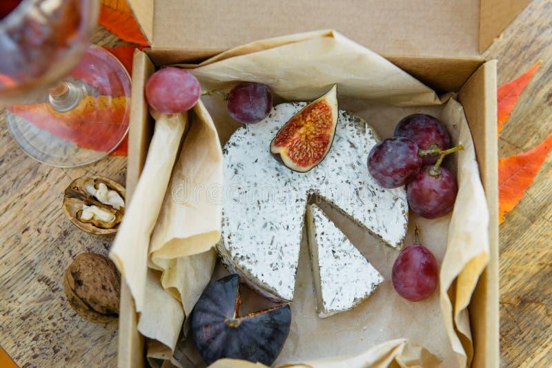 Queso de camembert en hierbas, higo, uva y vino tinto fotos de archivo libres de regalías
