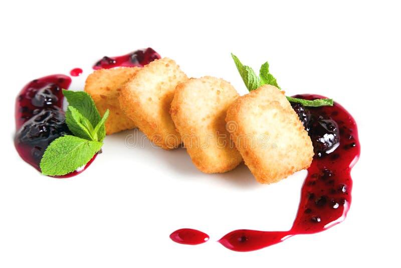 Queso de la fruta con la salsa de la zarzamora foto de archivo libre de regalías