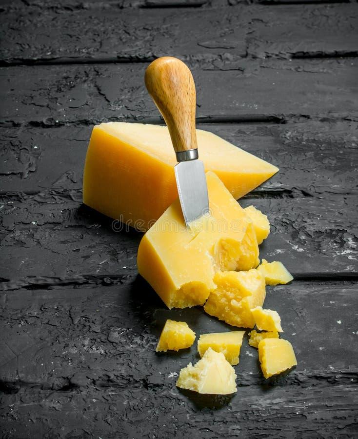 Queso de parmesano con el cuchillo fotografía de archivo