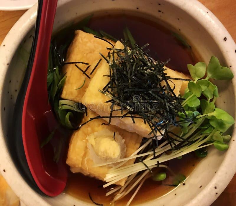 Queso de soja de Agedashi - aperitivo japonés vegetariano con el queso de soja - comida asiática sana fresca maravillosamente pre foto de archivo