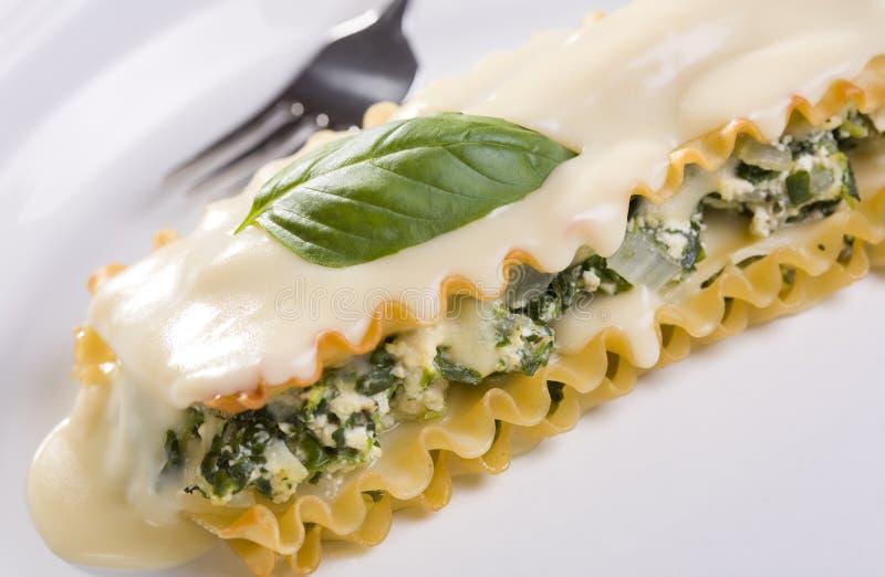 Queso de soja del vegano y Lasagna de la espinaca con la salsa blanca imagenes de archivo