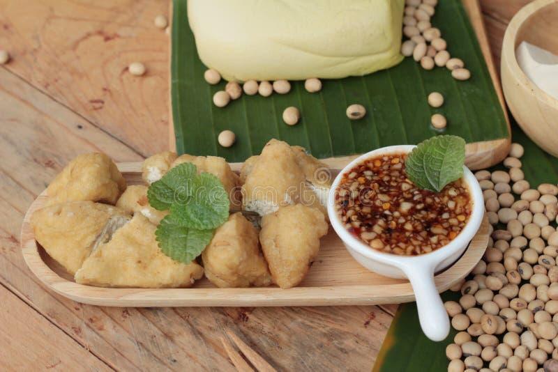 Queso de soja frito, comida vegetariana china con la salsa foto de archivo libre de regalías