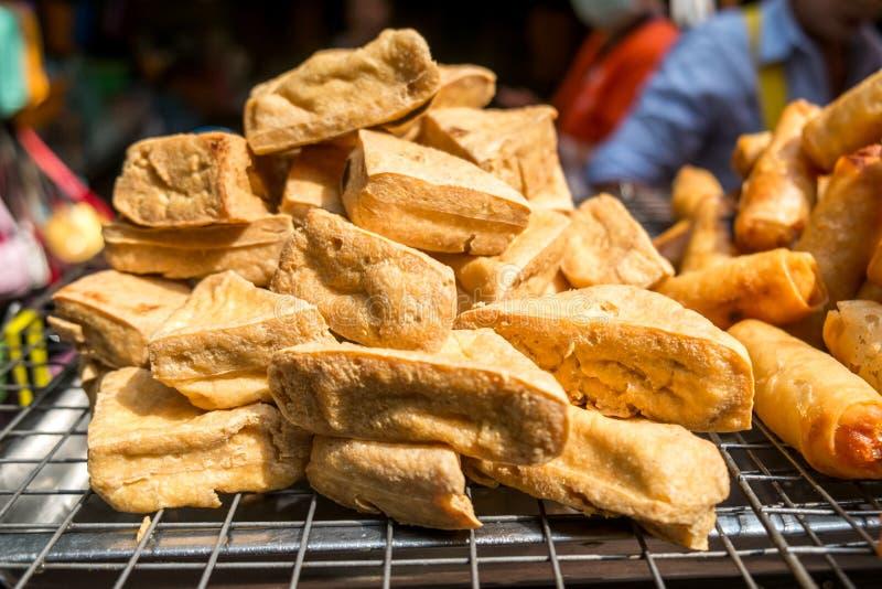 Queso de soja frito en venta en un mercado local en Bangkok, Tailandia foto de archivo