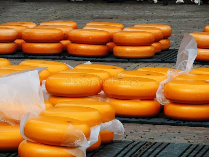 Queso del Kaasmarkt en la ciudad holandesa de Alkmaar, la ciudad con su mercado famoso del queso fotos de archivo