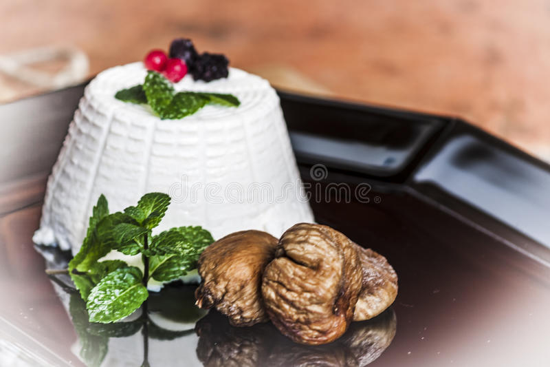 Queso del Ricotta con las bayas, los higos secados y algunas hojas de la menta fresca verde fotografía de archivo libre de regalías