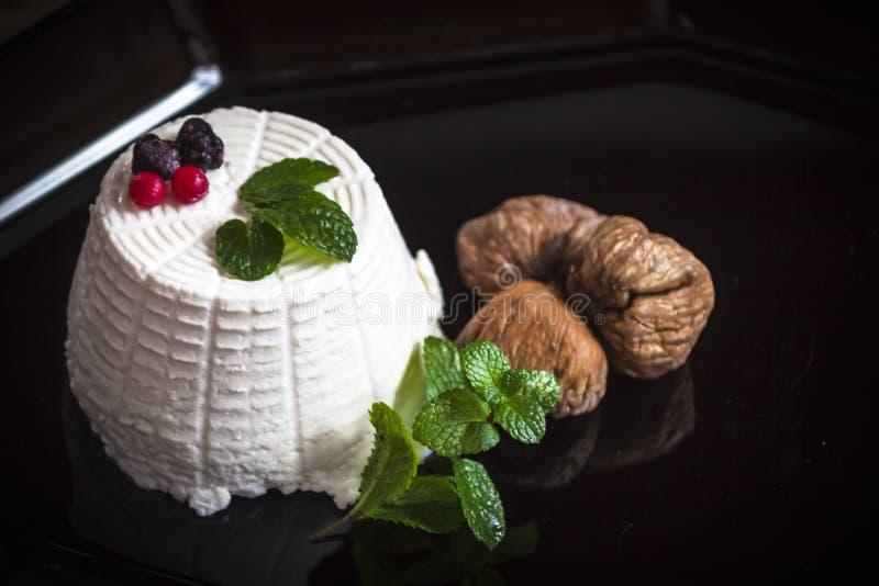Queso del Ricotta con las bayas, los higos secados y algunas hojas de la menta fresca verde imagen de archivo