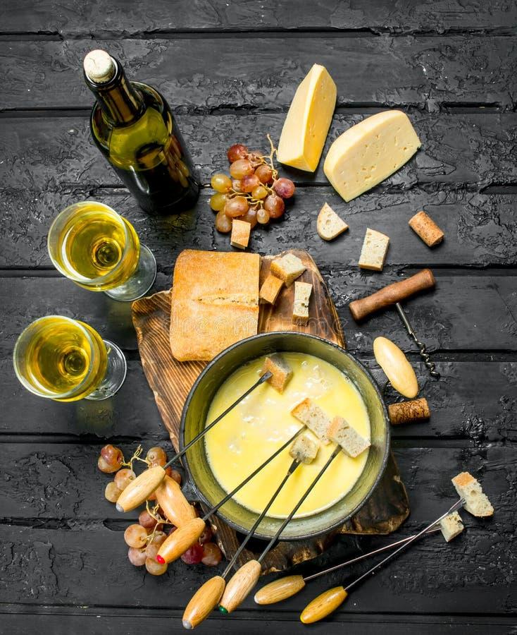 Queso delicioso de la 'fondue' con el vino blanco fotografía de archivo libre de regalías