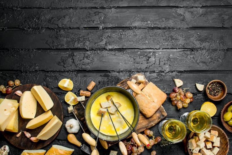 Queso delicioso de la 'fondue' con el vino blanco fotos de archivo libres de regalías
