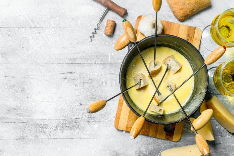 Queso delicioso de la 'fondue' con pan y el vino blanco imagen de archivo libre de regalías