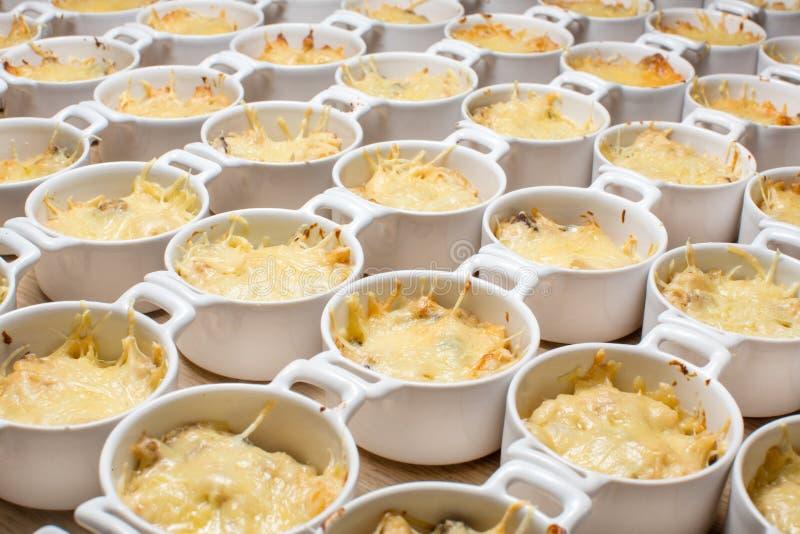 Queso derretido 'fondue' de la sopa juliana de la comida fría fotografía de archivo