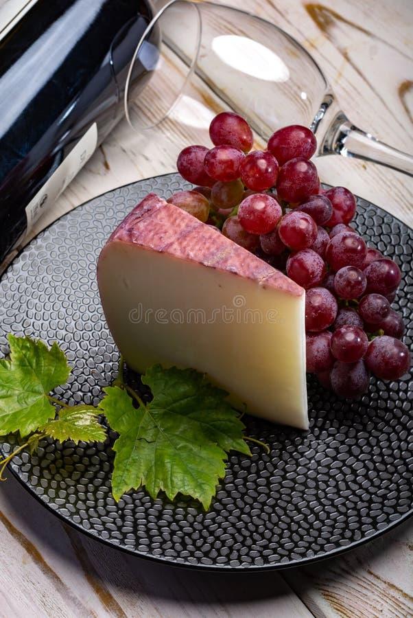 Queso español tradicional, queso del vino de Murcian de la leche w de la cabra imagenes de archivo
