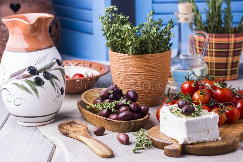 Queso Feta griego del queso con tomillo y aceitunas foto de archivo libre de regalías