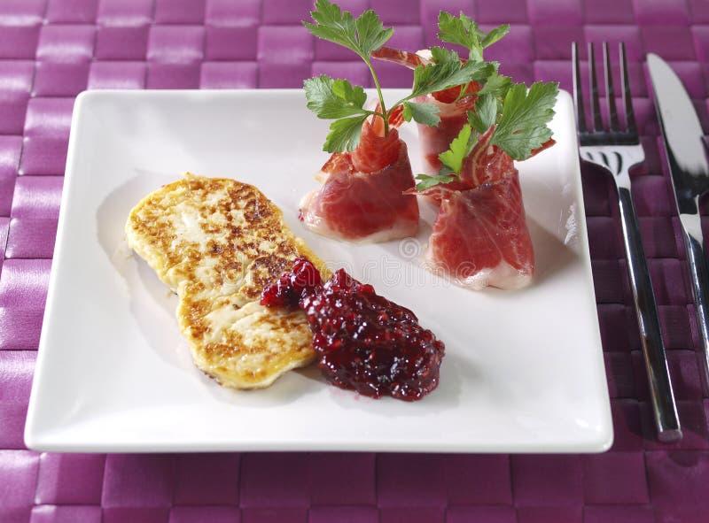 Queso fresco frito con el jamón curado y el mA rapsberry imagen de archivo libre de regalías