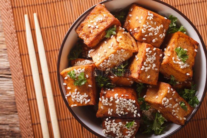 Queso frito del queso de soja con sésamo y ajo en un primer del cuenco Hor fotos de archivo libres de regalías